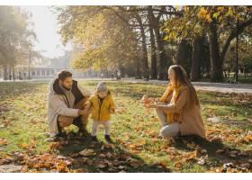 快乐的爸爸妈妈带着宝宝在户外玩耍_11904690