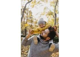 快乐的爸爸带着他的孩子在户外_11904668