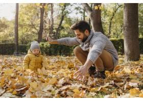 快乐的爸爸带着孩子在外面_11904673