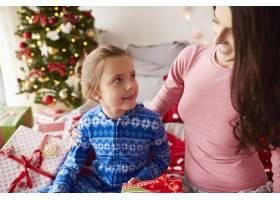 妈妈和女儿一起过圣诞节早上_11728054