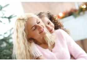 妈妈和女儿在圣诞装饰的客厅里_9389248