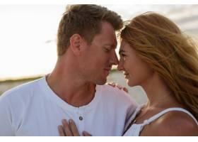 户外夏日特写海滩上年轻漂亮时尚夫妇的特写_10688230