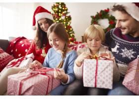 孩子们开始打开圣诞礼物_11820220