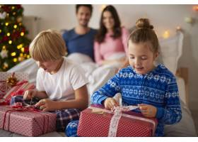 孩子们早上打开圣诞礼物_11727690