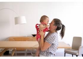 慈爱的母亲抱着女儿微笑着看着她快乐的_11622924