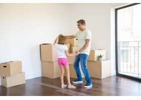 慈爱的父亲在新家与学龄前女儿玩耍跳舞_11072710