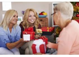 我们喜欢在圣诞节给她带来欢乐_10979583