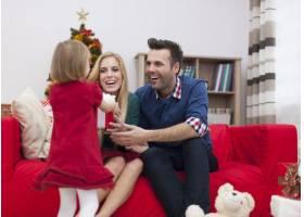 我们的小女儿有礼物给我们_10677079