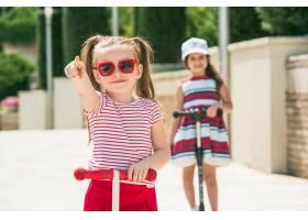 学龄前女孩在户外骑滑板车_8263595