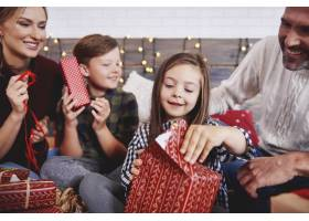 孩子们和父母一起打开圣诞礼物_11757006