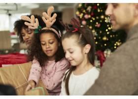 孩子们和父母一起打开圣诞礼物_11776112