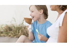 拿着冰淇淋的特写孩子和奶奶_10849683