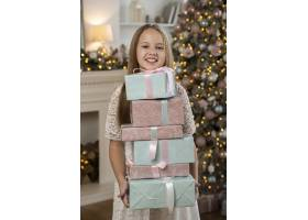 拿着圣诞礼物的小女孩的前景_10752488