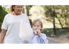 拿着棉花糖的孩子和奶奶的特写_10849663