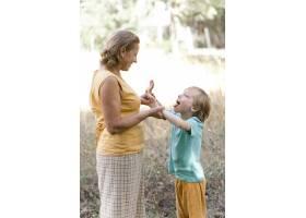 放假的中景外婆和孩子_10849650