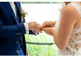 新娘和新郎白天交换结婚戒指_8943999