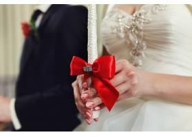 新郎和新娘手持蜡烛教堂里的婚礼仪式_1185805