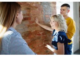 室内设计师和年轻夫妇一起工作可爱的家庭_12264836