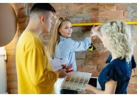 室内设计师和年轻夫妇一起工作可爱的家庭_13342361