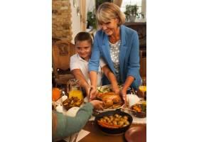 晚餐时的中枪奶奶和孩子_10270078