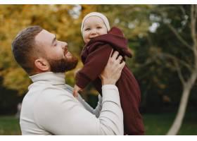 有可爱女儿的一家人父亲穿着一件棕色毛衣_11746960