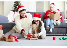 家人打开圣诞礼物_11262925
