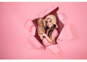 有趣的小女孩彩色背景上有菠萝_9435376
