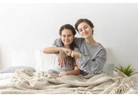梦之队可爱可爱的女孩和她漂亮的年轻妈妈_10897852