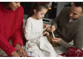 家庭圣诞礼物的包装和装饰_11776154