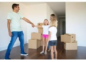 欢天喜地的父母和小妹妹在新公寓里闭着眼睛_11072686