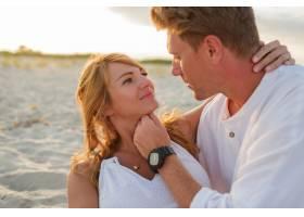 欧洲美女夫妇在夕阳下拥抱的特写肖像_10688285