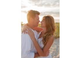 欧洲美女夫妇在夕阳下拥抱的特写肖像_10688306