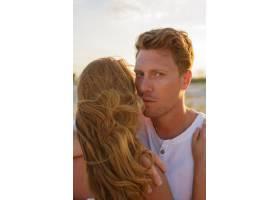 欧洲美女夫妇在夕阳下拥抱的特写肖像_10688332
