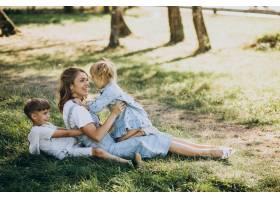 母亲与儿子和女儿在公园里玩耍_10298487
