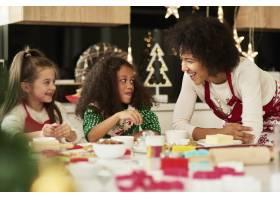 可爱的女孩在妈妈的帮助下烘焙饼干_11776160