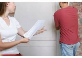 年轻夫妇自己一起做公寓修缮已婚男女正在_12701207