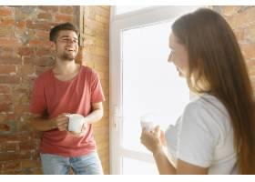 年轻夫妇自己一起做公寓修缮已婚男女正在_12701209