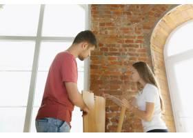 年轻夫妇自己一起做公寓修缮已婚男女正在_12701212