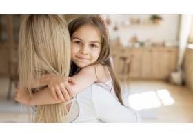 年轻女孩在家中拥抱她的母亲_10604666