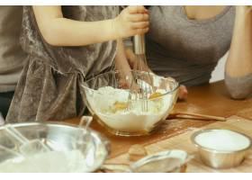 可爱的小女孩和她漂亮的父母在家里的厨房里_11161091