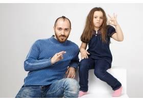可爱的小女孩和她的大胡子爸爸坐在录音棚里_10898008
