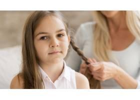 年轻的女孩被她的母亲编成了辫子_10604661