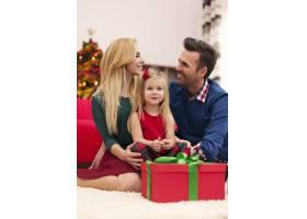年轻的婚姻和他们的女儿一起过圣诞节_10677055