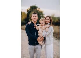 年轻的家庭和小儿子在一起_10706083