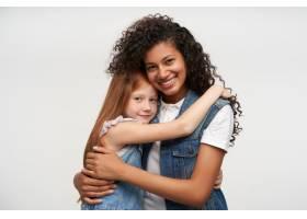 可爱的年轻女士们穿着休闲服温柔地拥抱着_11862485
