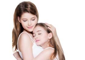 年轻漂亮的母亲带着8岁的小女儿在演播室拥_11180599
