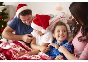 和家人一起在床上度过圣诞节的早晨_11727709