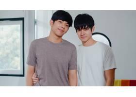 年轻的亚洲同性恋情侣在家中开心微笑的肖像_6136981