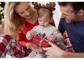和父母一起打开圣诞礼物_11725315
