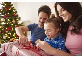 和父母一起打开圣诞礼物_11727951